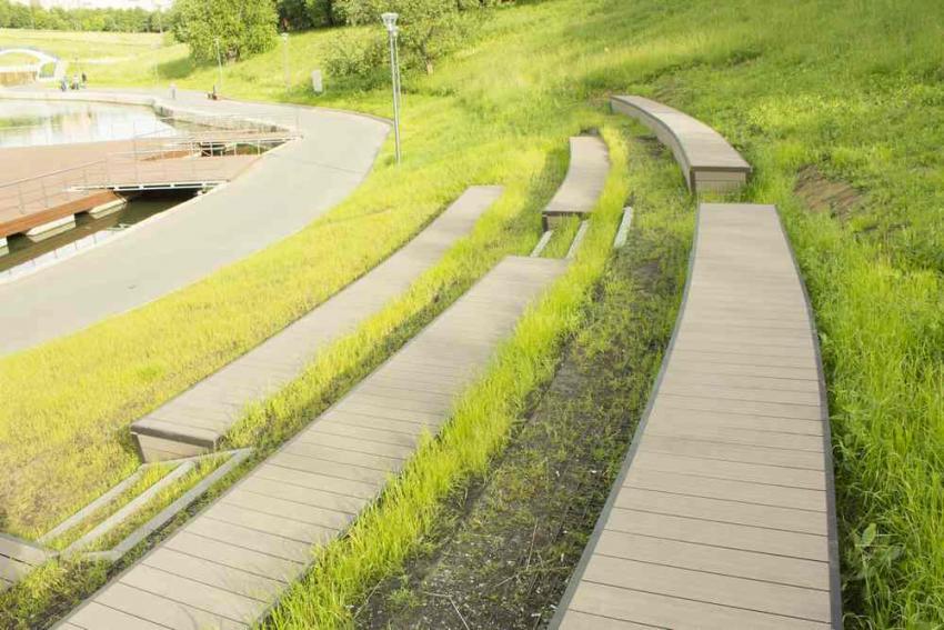 Трибуны и лестница из террасной доски в парке Олимпийской деревни