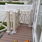 Терраса к дому с белыми ограждениями из ДПК 5